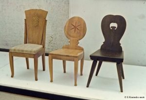J.Prapuolenio sukurtos kėdės, centre kėdė iš svetainės komplekto, 1937m. pasaulinėje parodoje Paryžiuje pelniusi aukso medalį © E.Kurausko nuotr.